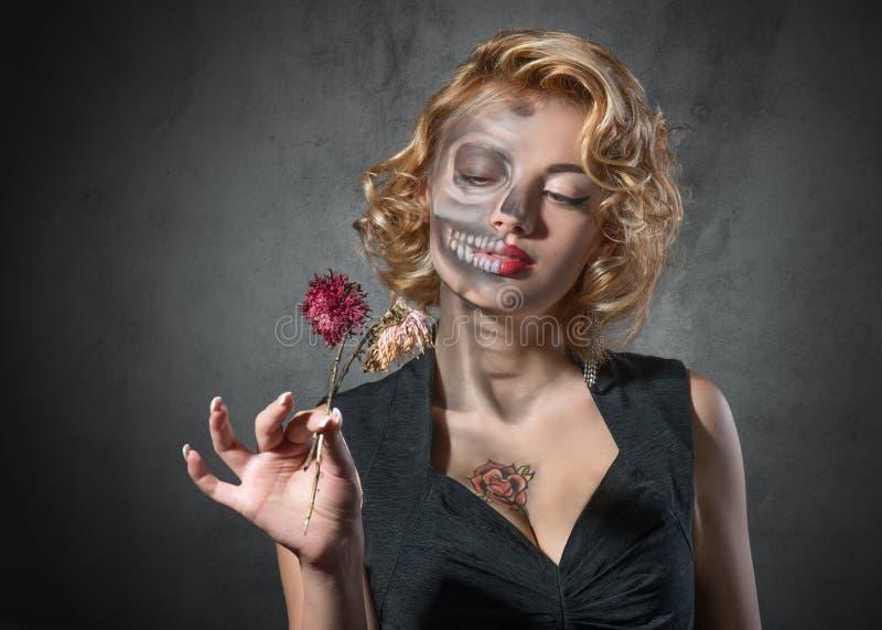 与干花的万圣夜图象â女性画象 免版税库存图片