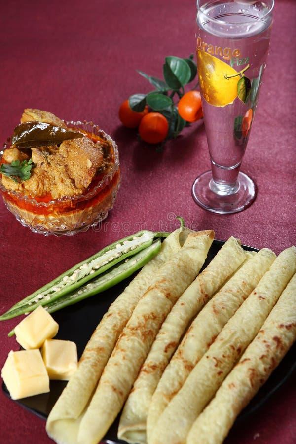 与平底锅蛋糕, Kozhi Appam卡里aanam,与平底锅的鸡咖喱的Kare Ayam结块 免版税图库摄影