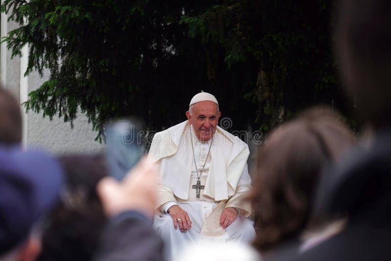 与年轻人的教皇方济各会谈在大教堂前面在斯科普里 库存照片