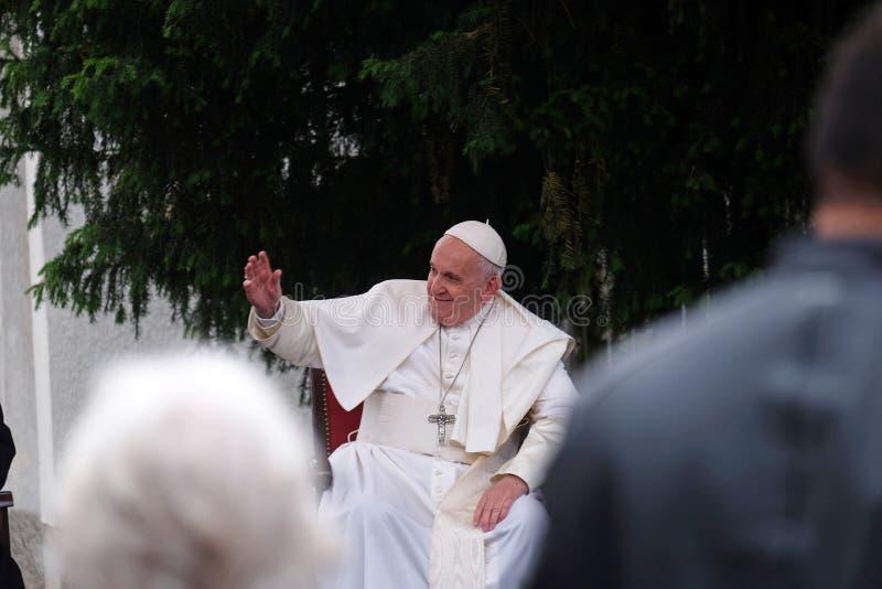 与年轻人的教皇方济各会谈在大教堂前面在斯科普里 免版税库存照片
