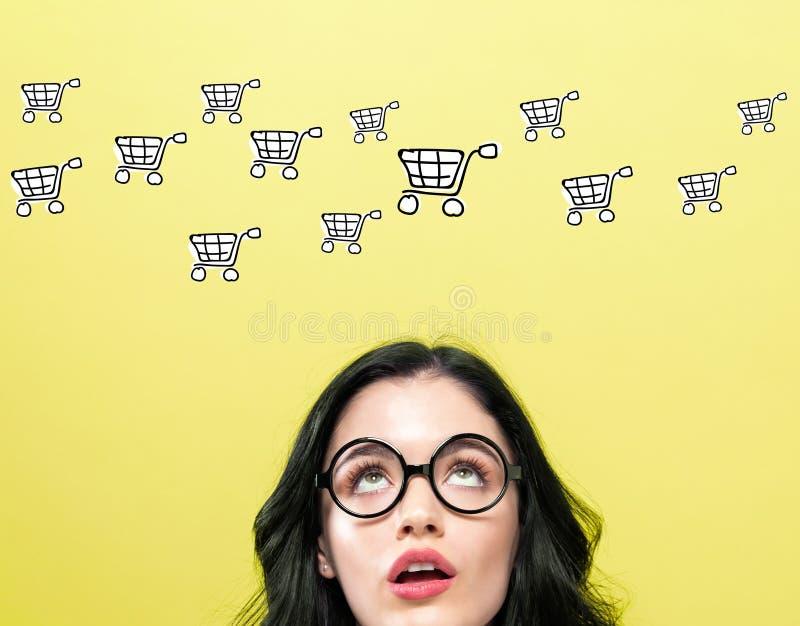 与年轻女人的网络购物 库存例证