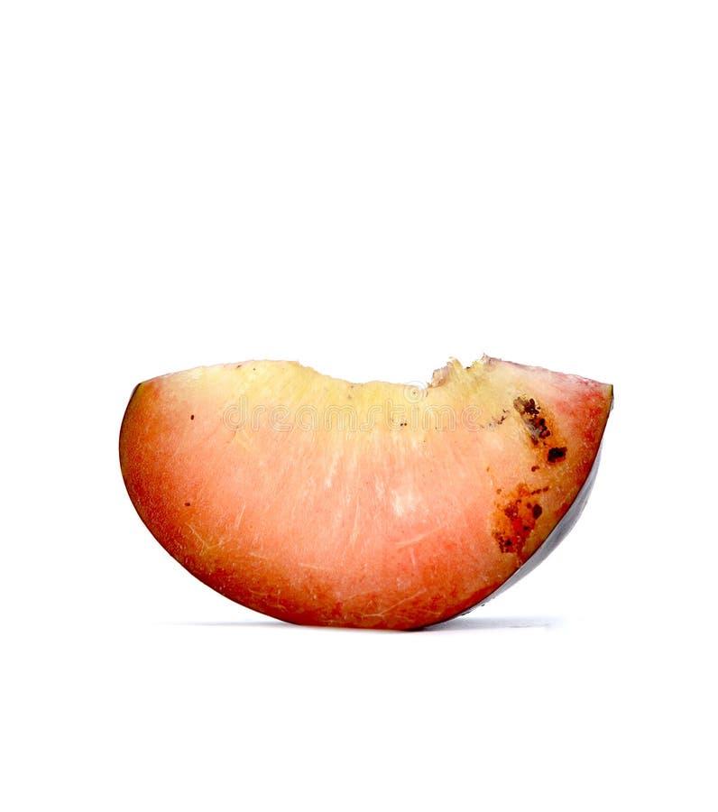 与幼虫, rottening的果子的李子切片 免版税库存照片