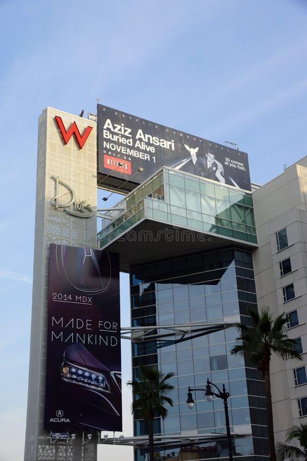 与广告的大红色W和Drais标志阿齐兹的t的Ansariand Acura 免版税图库摄影
