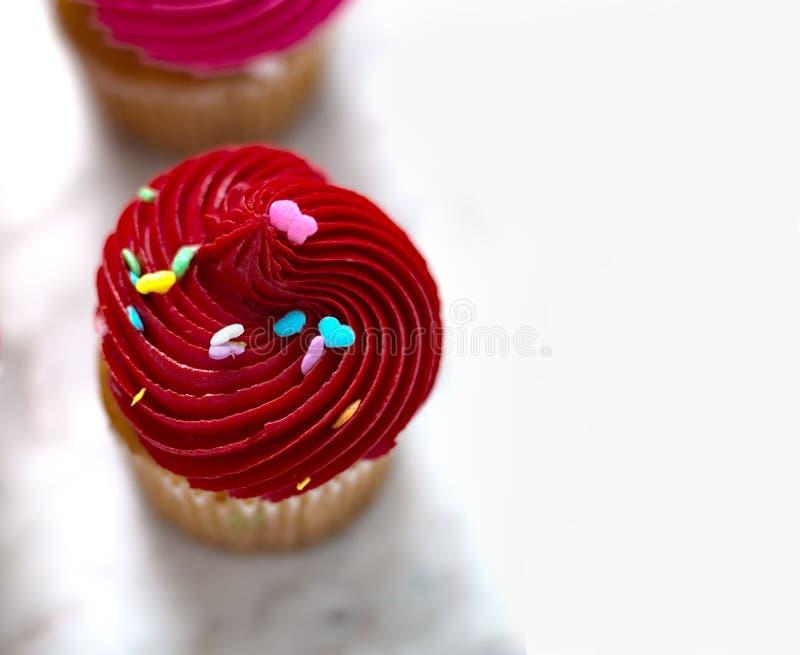 与广告空间的红色杯形蛋糕 库存照片