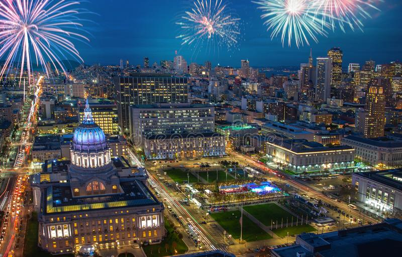 与庆祝除夕的闪动的烟花的街市旧金山都市风景 免版税库存图片