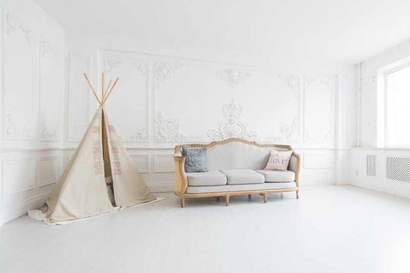 与床和戏剧帐篷的现代豪华儿童居室内部 免版税库存图片