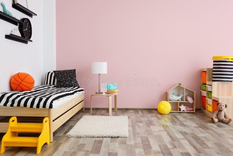 与床的儿童居室内部 免版税库存图片