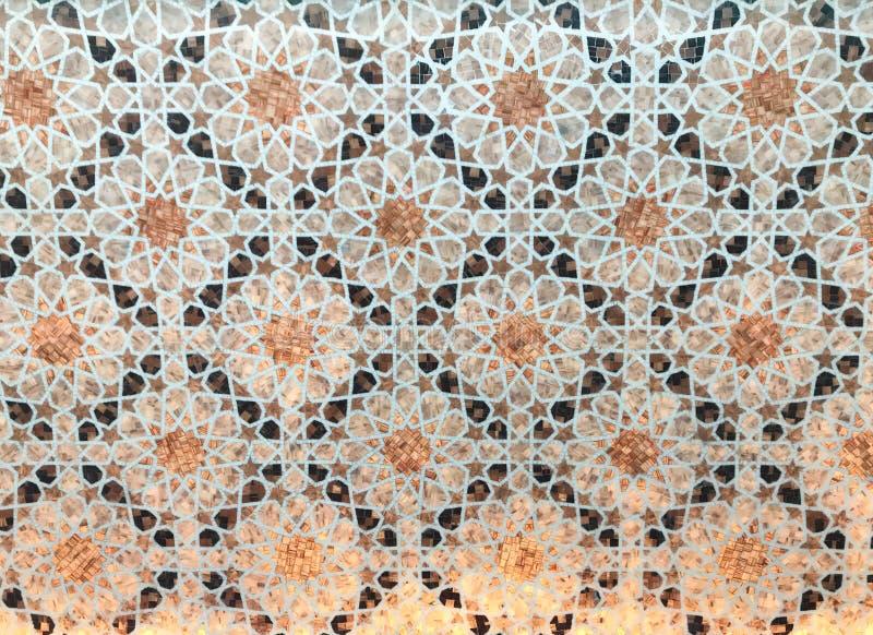 与底部的美丽的阿拉伯马赛克由后照在Bab Al Qasr旅馆 图库摄影