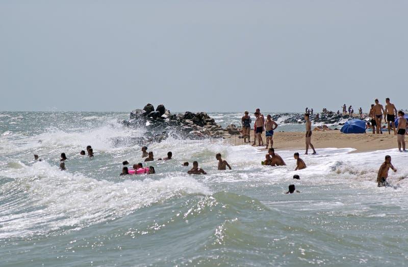 与度假者的城市海滩 别尔江斯克,乌克兰 免版税库存照片