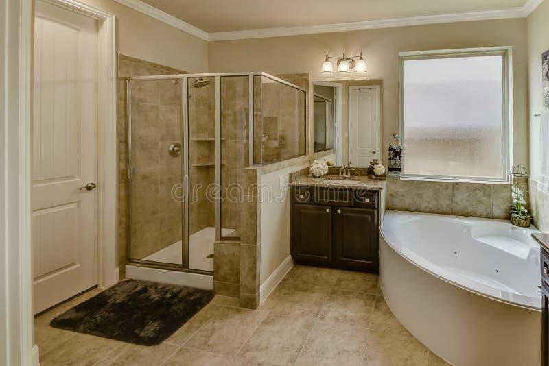 与庭院极可意浴缸样式木盆和步行的主浴室在阵雨 免版税图库摄影