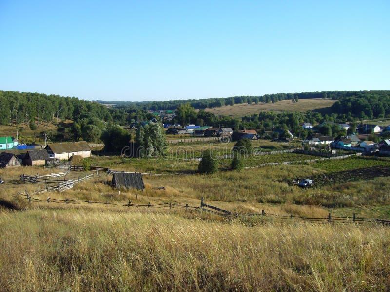 与庭院的夏天农村风景 免版税库存图片