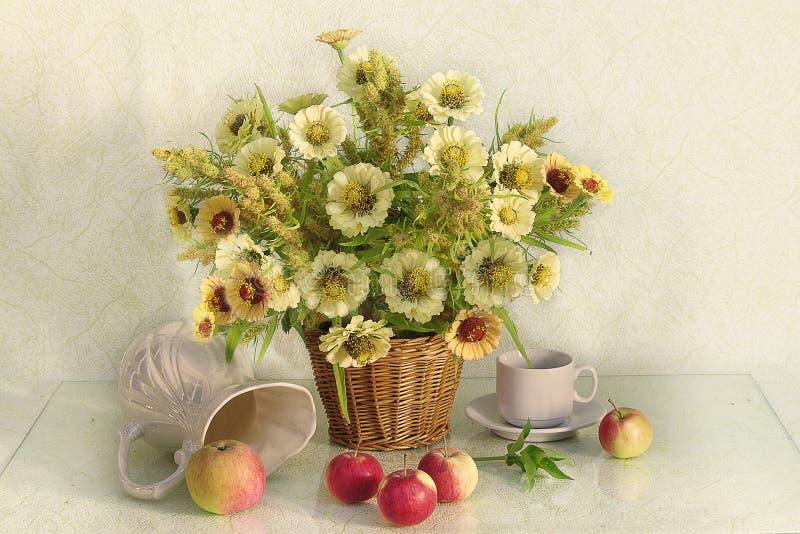 与庭院花、果子和莓果花束的静物画  仍然秋天生活 免版税库存照片