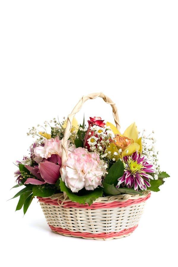 与康乃馨、兰花和菊花的柳条筐 库存照片
