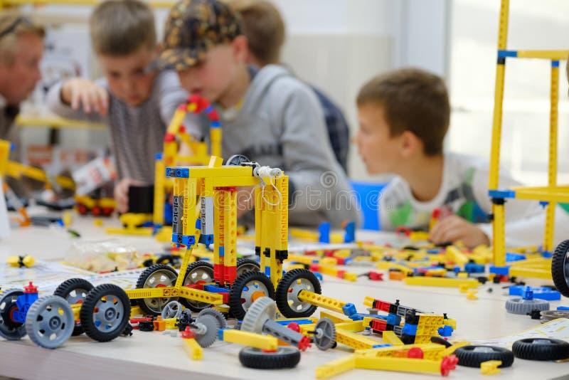 与建造者成套工具的儿童游戏 库存图片