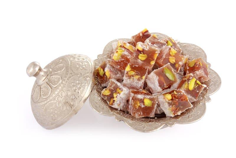 与开心果的土耳其快乐糖在金属糖罐 免版税图库摄影