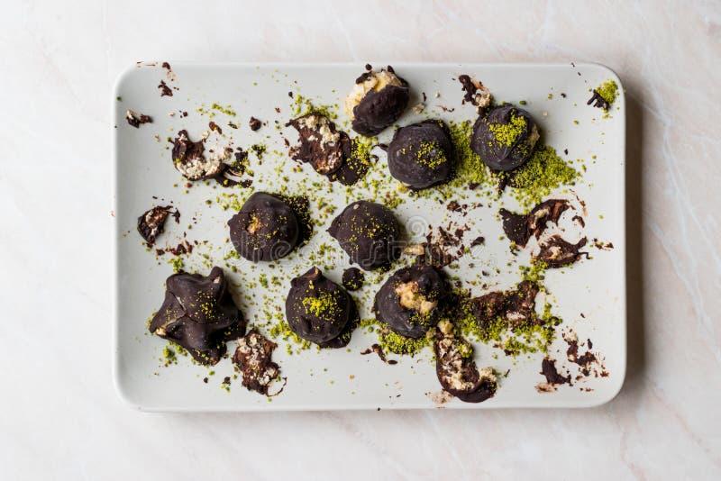 与开心果粉末的涂了巧克力的栗子点心 / Kestane Sekeri 库存照片