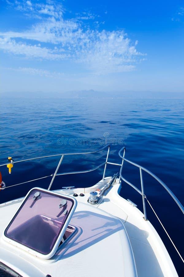 与开放弓舷窗的蓝色海船航行 免版税图库摄影
