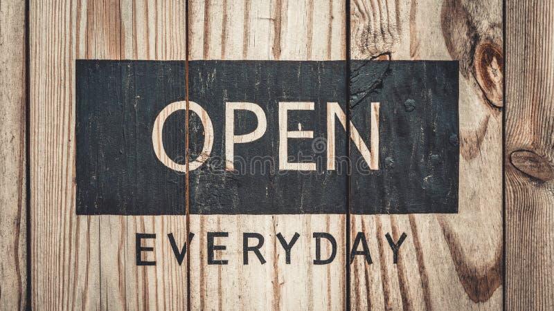 与开放每天的热烈欢迎字词 免版税图库摄影