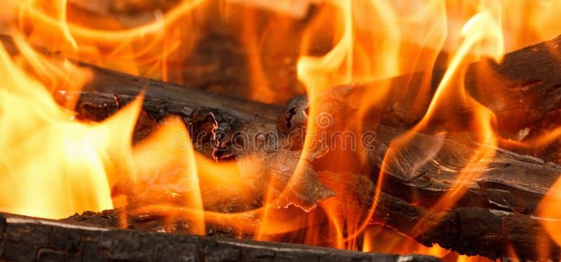 与开放热的火焰和烟的燃烧的和发光的木炭 库存图片
