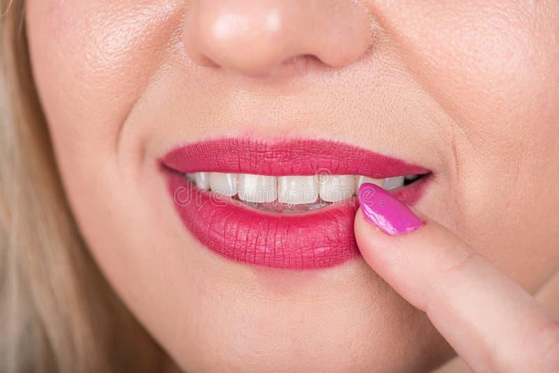 与开放嘴的好奇妇女面孔和在嘴唇的红色唇膏和波兰人钉子 好奇 演播室照片写真 免版税库存图片