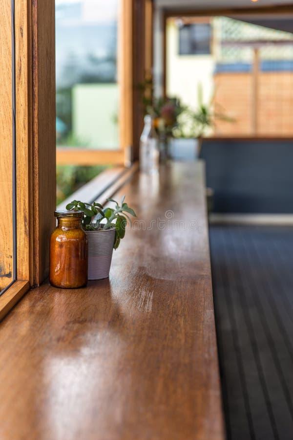 与开窗口的咖啡馆长凳 免版税库存图片