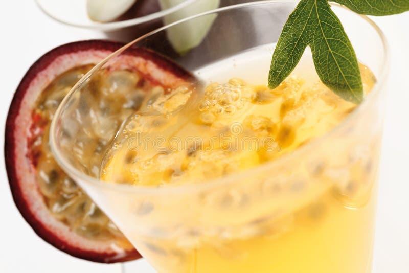 与开花和maracuja饮料的西番莲果 免版税库存照片