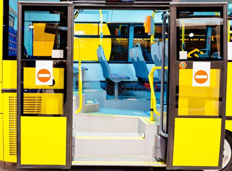 与开门的现代城市公共汽车入口 免版税库存图片