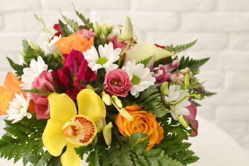 与异乎寻常的花的美丽的五颜六色的花束 免版税库存照片