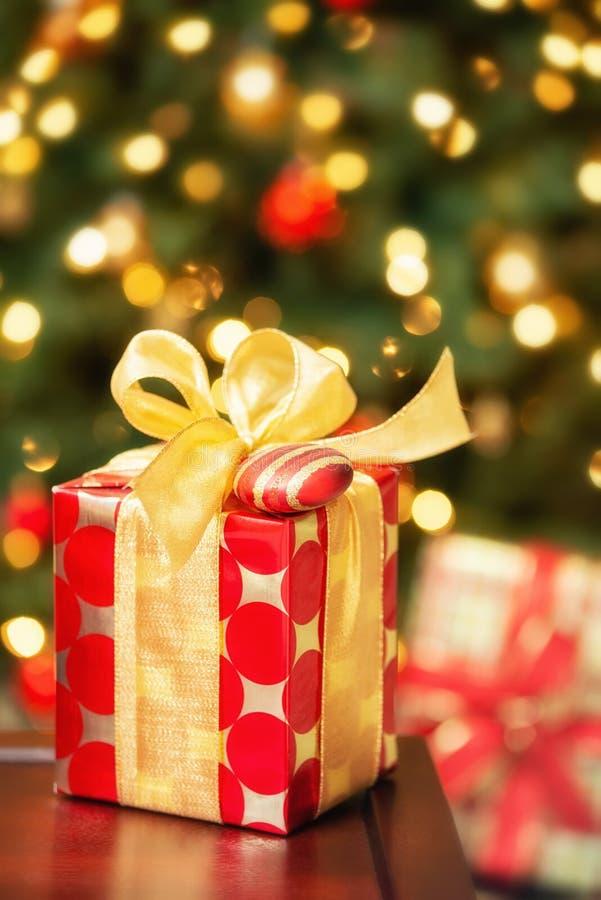与弓和装饰品的红色和金黄圣诞礼物 免版税库存图片