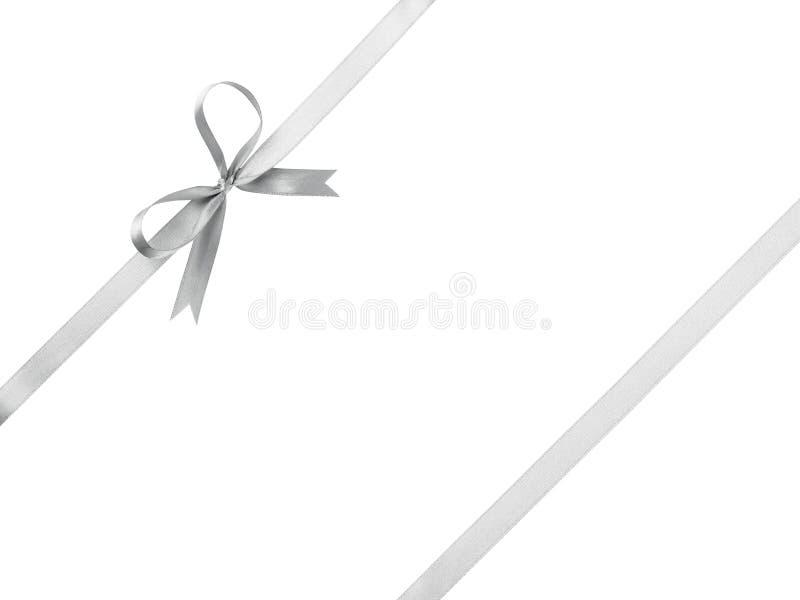 与弓的银色丝带包装的 免版税库存照片
