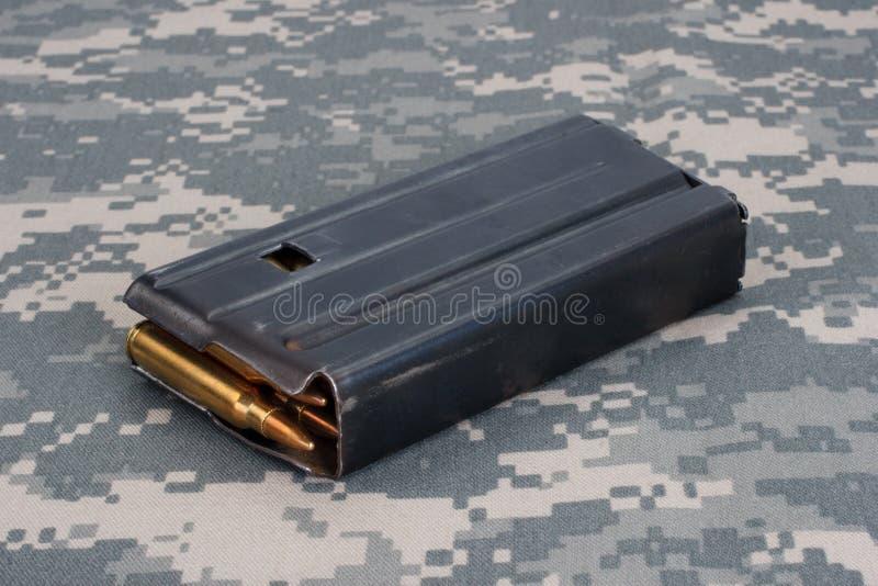 与弹药的美国陆军M16步枪20rd杂志越南战争期间 免版税库存照片