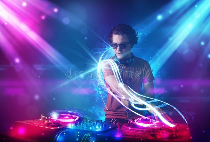 与强有力的光线影响的精力充沛的Dj混合的音乐 皇族释放例证
