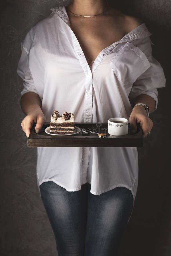 与强的咖啡和提拉米苏蛋糕的早餐 库存照片