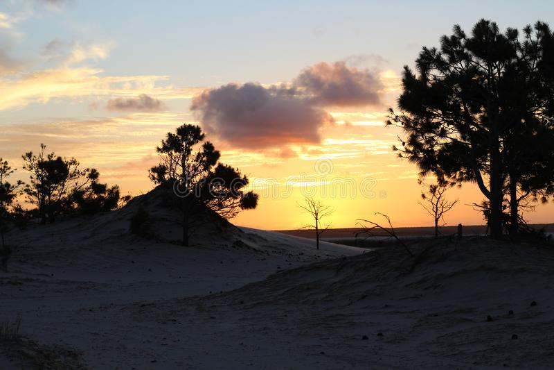 与强的颜色的美好的日落 免版税库存照片