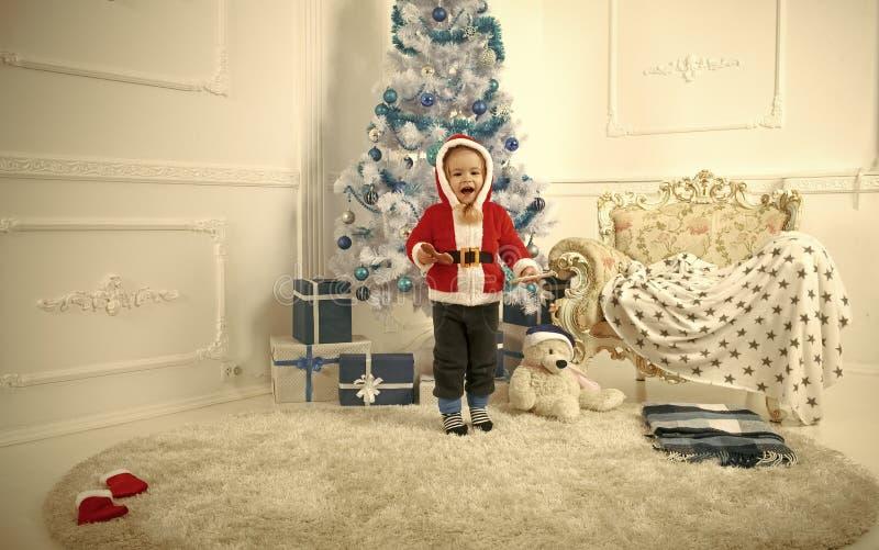 与当前箱子,黑星期五的圣诞老人孩子 库存照片