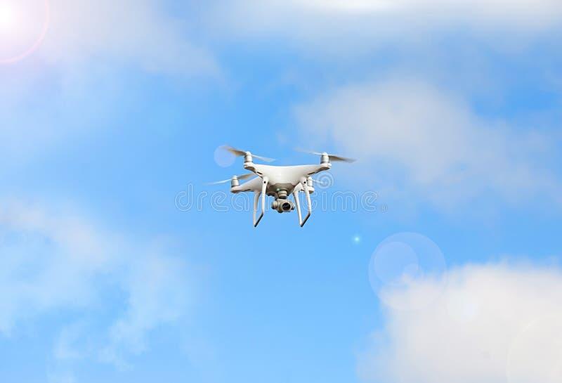 与录影行动照相机飞行天空的白色表面无光泽的普通设计空气寄生虫在地面下 图库摄影