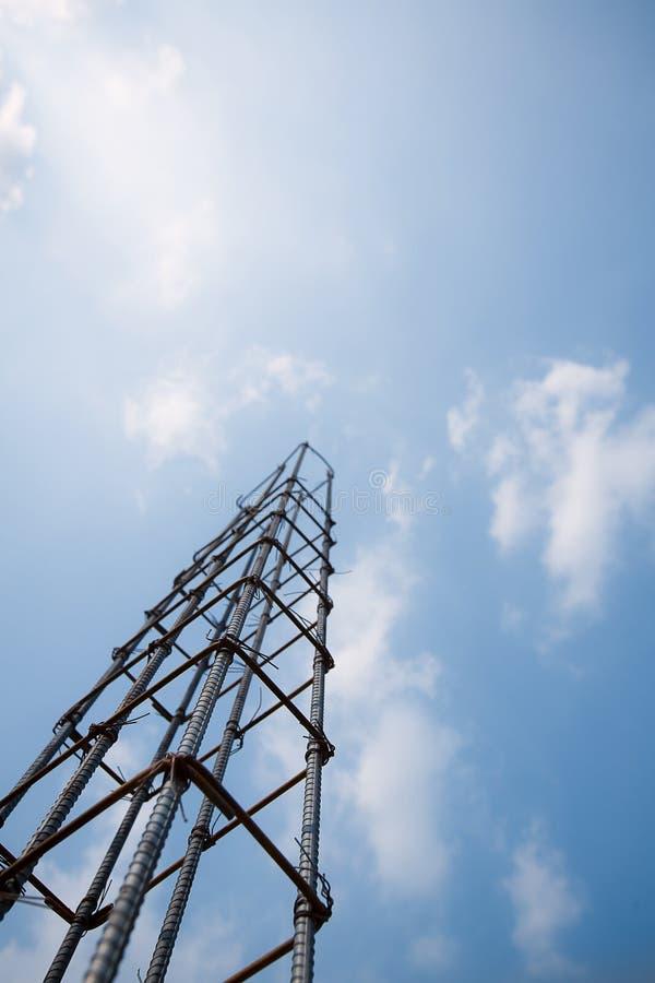 与形成具体杆的导线的铁棍领带,蓝天背景 免版税库存照片