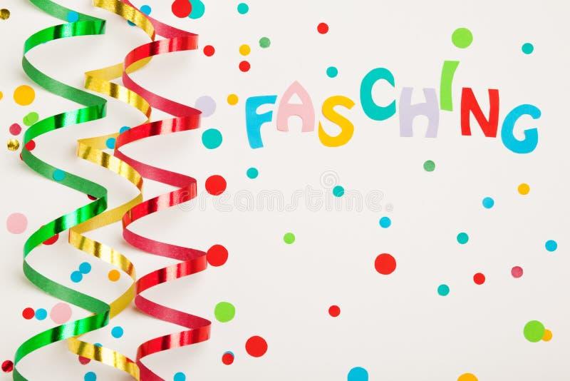 与彩纸带和五彩纸屑的狂欢节背景 免版税库存图片