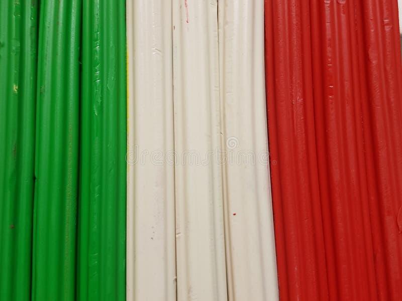 与彩色塑泥酒吧的摘要在绿色,白色和红颜色、背景和纹理 库存照片