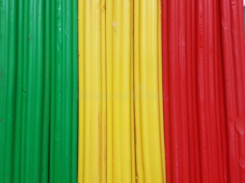 与彩色塑泥酒吧的摘要在绿色,黄色和红颜色、背景和纹理 免版税图库摄影