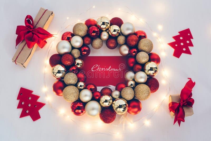 与彩色小灯和礼物的圣诞节装饰品 免版税库存图片