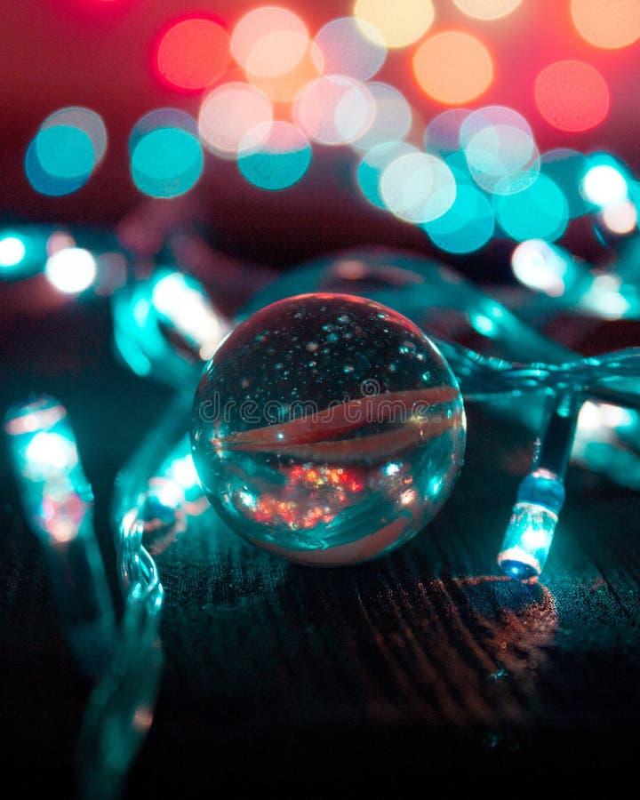 与彩色小灯的大理石球 免版税库存照片