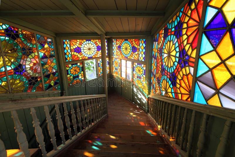 与彩色玻璃窗的木楼梯在XIX世纪的前半的房子里,第比利斯,乔治亚 库存图片
