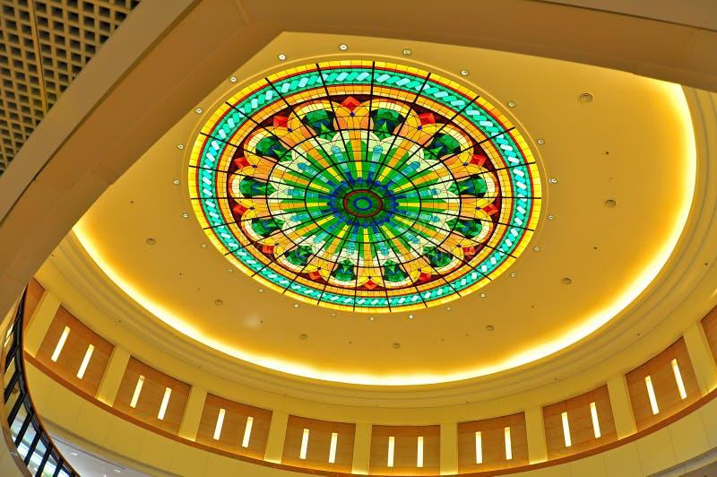 与彩色玻璃设计的圆顶 免版税图库摄影
