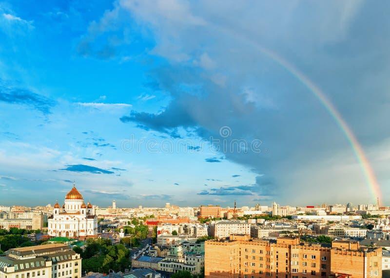 与彩虹和莫斯科市的鸟瞰图有基督教会的救主 免版税库存图片