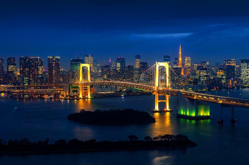 与彩虹桥梁的东京地平线和东京耸立 公寓结构大厦大厦具体玻璃高日本现代住宅上升钢东京塔耸立 库存照片