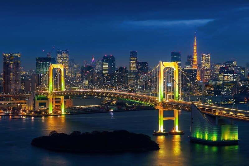 与彩虹桥梁的东京地平线和东京耸立 公寓结构大厦大厦具体玻璃高日本现代住宅上升钢东京塔耸立 免版税库存图片