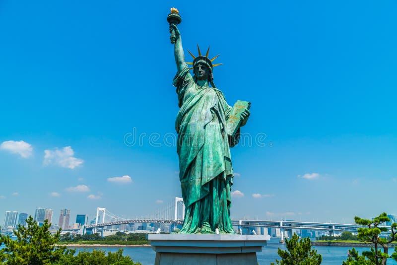 与彩虹桥梁的自由雕象在odaiba海岛 图库摄影