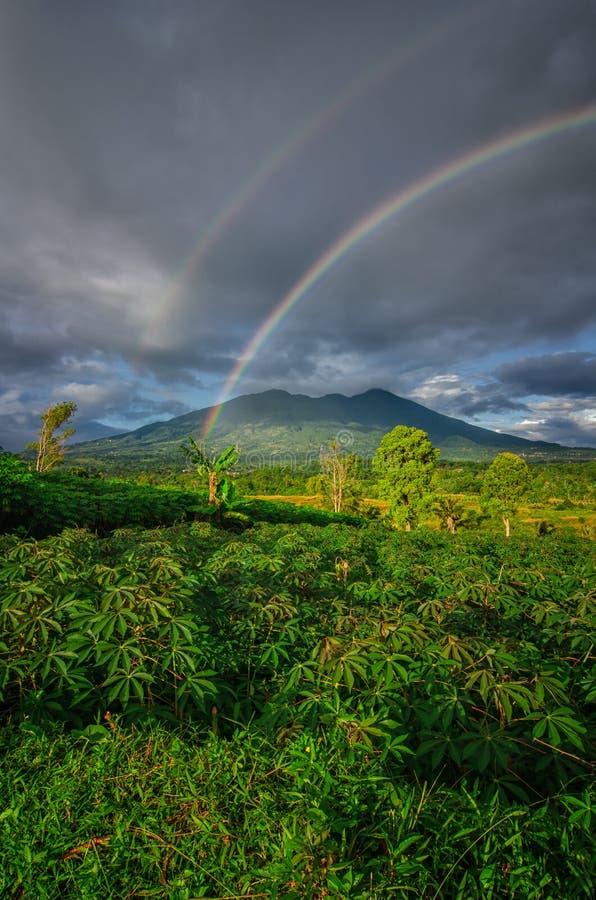 与彩虹的山在天空 库存照片