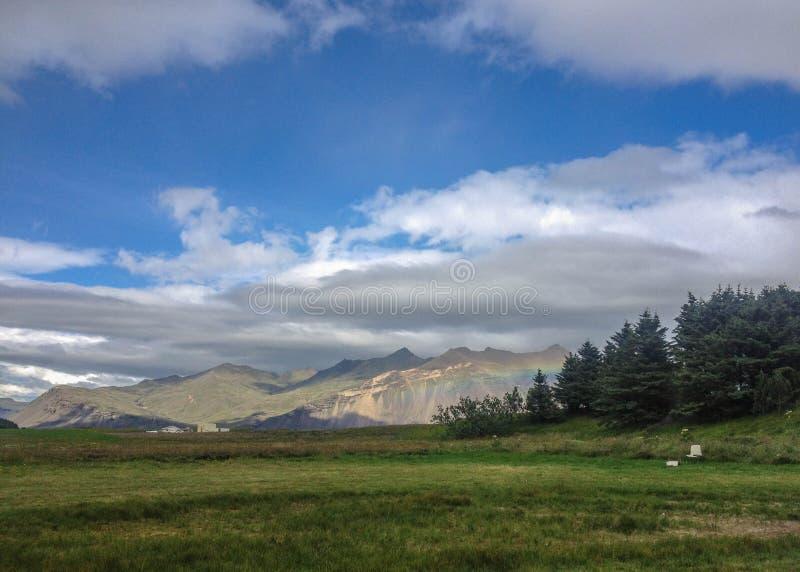 与彩虹的美好的冰岛风景在山 普遍的旅游目的地在霍普夫,冰岛东南部,欧洲 免版税库存图片